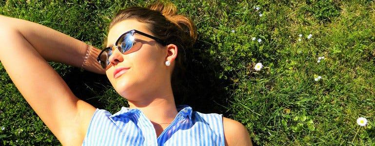 Ontspannen vrouw in de zon