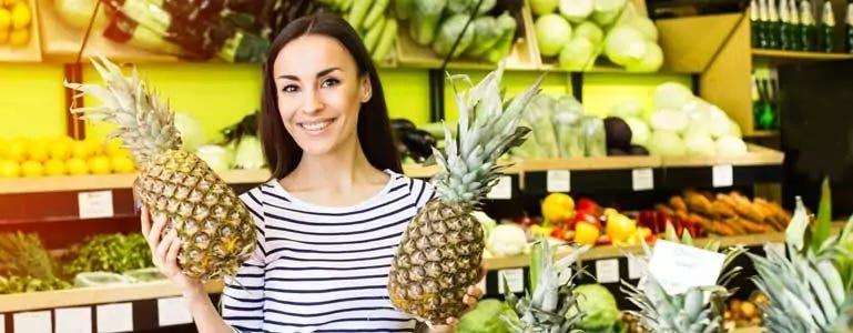 Vrouw met ananassen