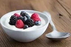 Yoghurt met gekleurd fruit