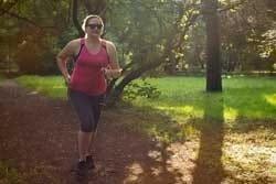 Rennende vrouw in park