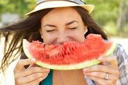 Dame eet watermeloen