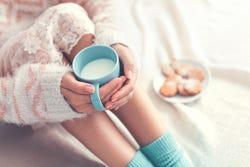 vrouw met een kop warme melk
