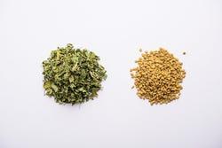 Zaad en blaadjes van de Trigonella Foenum-graecum