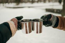 Een toast met 2 mokken thee