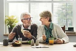 Senior paar aan een gezonde maaltijd