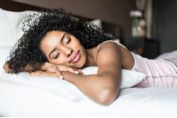 Vrouw die lekker slaapt