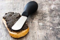 Zwarte knoflook op brood