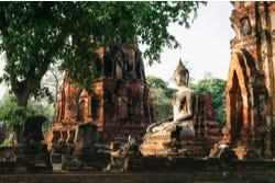 Eeuwenoud Boeddhabeeld in meditatie houding