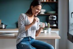 Vrouw eet yoghurt