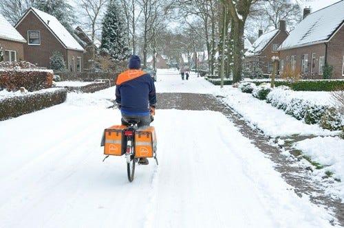 afbeelding postbode sneeuw